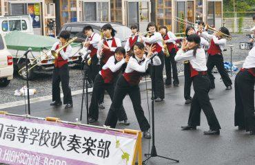池田高校吹奏楽部の「ダンプレ(ダンス&プレー)」。音楽に合わせてめいいっぱい体を動かすパフォーマンスです。